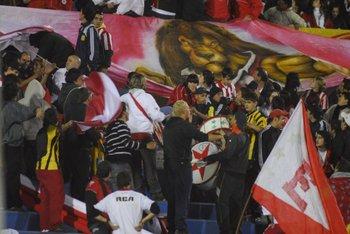Hinchas de Peñarol acompañando a los de Estudiantes en el Franzini<br>