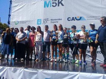 El podio con todas las ganadoras y autoridades