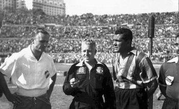 José Emilio Santamaría y Obdulio Varela durante un partido clásico<br>