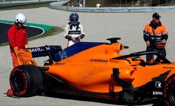 Alonso junto su monoplaza tras salirse de la pista este miércoles