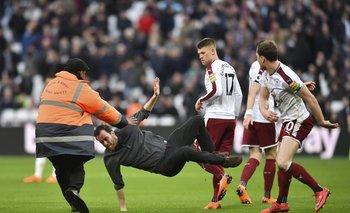 Un aficionado de West Ham intentó atacar a los jugadores de Burnley