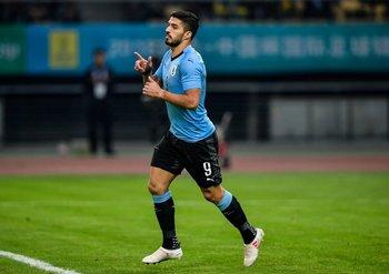 Luis Suárez celebra su gol número 50 en Uruguay