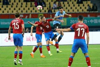 Matías Vecino le gana a todos en el juego aéreo en Uruguay-República Checa