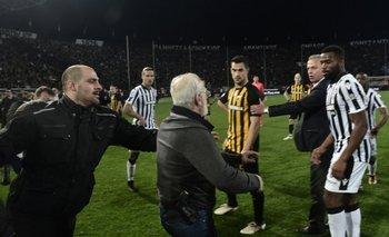 El presidente de PAOK entró armado al campo de juego