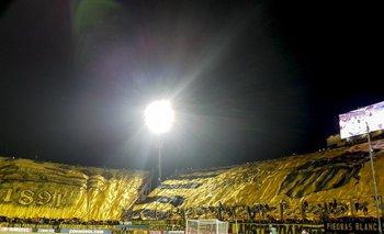 Peñarol-Atlético Tucumán: el momento de la noche, baja la bandera gigante