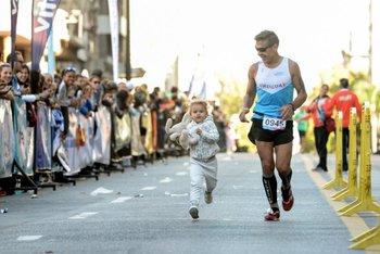 La pequeña Ainara se dio el gusto de cruzar la meta junto a su tío abuelo y su peluche