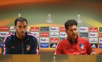 Godín y Simeone en la previa del partido ante Arsenal en Londres