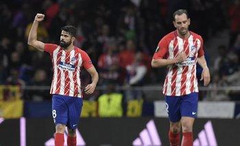 Diego Costa festeja su gol; al lado Diego Godín<br>