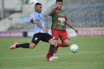 Pichón Núñez yendo al ataque ante la marca de Brasil