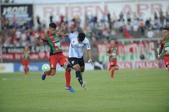 Gastón Rosello disputa la pelota con Maureen Franco