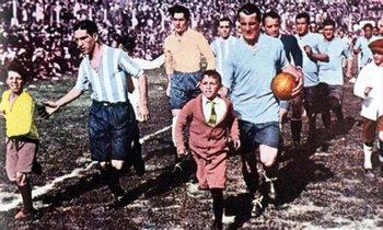Ingreso de las selecciones de Argentina y Uruguay para disputar la final de 1930