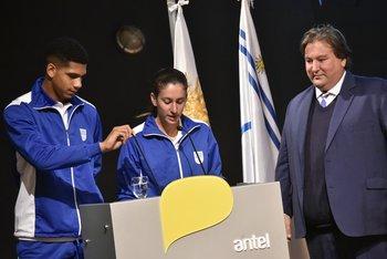 Lectura del juramento olímpico: el futbolista Ronald Araújo, la atleta Pía Fernández y el jefe de Misión uruguayo Fernando Ucha