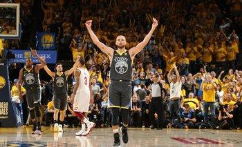 El festejo de Curry tras dejar la serie 2-0
