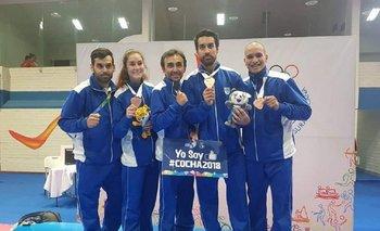 El equipo uruguayo de taekwondo con sus medallas