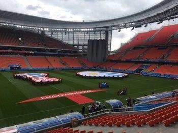 Referí recorrió el estadio de Ekaterimburgo donde debutará Uruguay