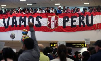Los hinchas de Perú en el aeropuerto de Lima