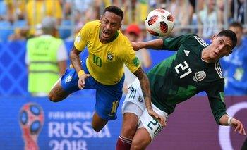 Neymar durante una de sus tantas caídas en el Mundial<br>