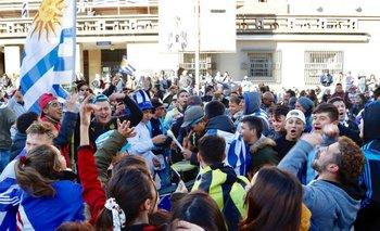 Hinchas de Uruguay en la explanada de la IM