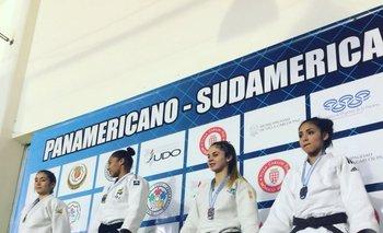 Tamara García (D) en el podio