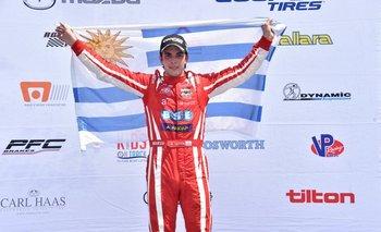 Santiago Urrutia, en lo más alto del podio, con la bandera de Uruguay<br>