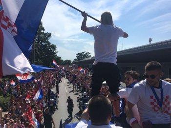 Vida con la bandera en el ómnibus que paseó a los futbolistas