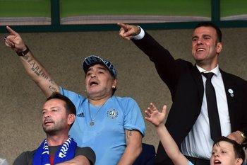 Maradona viendo a su nuevo equipo en Bielorrusia