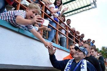 Maradona con los hinchas de Dinamo