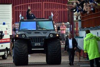 El jeep en el que Maradona llegó al estadio de su nuevo club