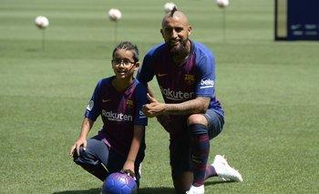 Arturo Vidal junto a su hijo en la presentación de FC Barcelona