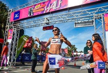 La llegada de Lorena Sosa en la Half Maratón