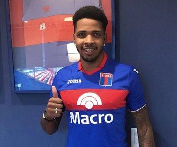 Hugo Silveira con su nueva camiseta, la de Tigre