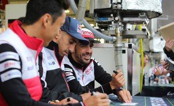 Alonso junto a sus compañeros Sebastien Buemi y Kazuki Nakajima