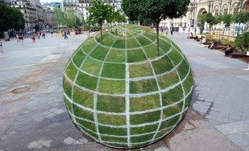 Una intervención urbana en una plaza da la sensación de tercera dimensión