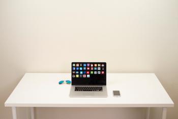 Con Dropbox ya no hubo necesidad de tener cajones, y se llegó al escritorio del 2014: lo único que queda son los lentes y el celular.
