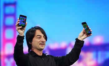 El vicepresidente ejecutivo de Windows Phone de Microsoft, Joe Belfiore, muestra al público dos smartphones con la nueva versión 8.1 del sistema operativo, aún en desarrollo
