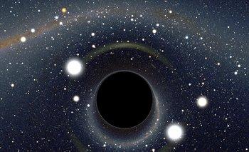 """La imagen muestra cómo luciría un agujero negro de cerca. La nueva teoría de Stephen Hawking propone que existen """"horizontes aparentes"""" que liberan la energía de forma caótica, por lo que los agujeros negros no son como se creía hasta ahora"""