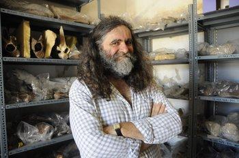 El paleontólogo uruguayo Richard Fariña junto a algunas de las muestras fósiles en la Casa de la Cultura de Sauce, en el departamento de Canelones