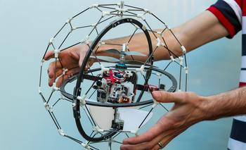 Gimball es un drone que no necesita sensores para volar, ya que está equipado para rebotar contra los obstáculos