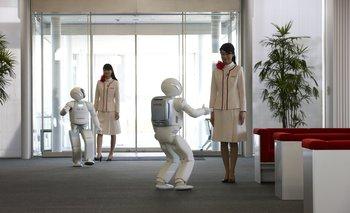 Asimo es el humanoide más avanzado. Creado por Honda, este robot autónomo (funciona sin ayuda) de 1,30 metros de alto puede correr, servir bebidas, abrir puertas, repartir cartas y dar la mano, por ejemplo