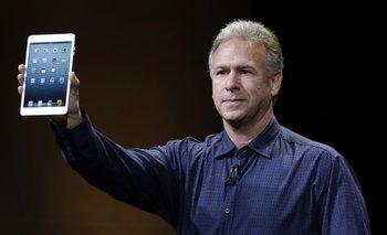 Tim Cook muestra el primer iPad mini, la tableta de menor tamaño presentada en octubre del año pasado