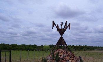El monumento recuerda la matanza de charrúas a orillas del arroyo Salsipuedes, afluente del Río Negro,  el 11 de abril de 1831 por parte de tropas gubernamentales al mando de Fructuoso Rivera