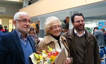 El director de Secundaria, Juan Pedro Tinetto, la homenajeada, Ida Holz, y el decano de Facultad de Ingeniería de la Udelar, Héctor Cancela