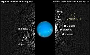 Neptuno y sus lunas, incluyendo la nueva, llamada de forma provisoria S/2004 N 1