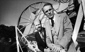 Robert Wilson y Arno Penzias reciben el Premio Nobel de Física en 1978 por descubrir las primeras pruebas directas de la teoría del Big Bang