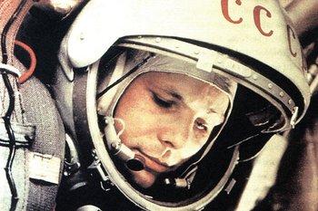 Yuri Gagarin dentro de la cápsula Vostok, en 1961, antes de partir hacia el espacio.