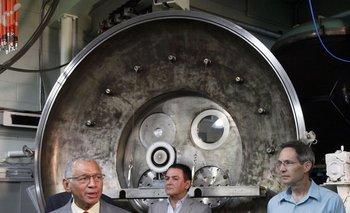 El directro de la NASA Charles Bolden (izquierda), el director de la exploración del Sistema Solar Firouz Naderi, y el ingeniero de propulsión eléctrica John Brophy, en el Laboratorio de Propulsión a Chorro en Pasadena