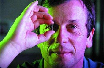 Kevin Warwick es profesor de Cibernética en la Universidad de Reading, donde investiga sobre inteligencia artificial, robótica y cyborgs