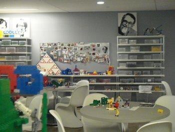 En las oficinas de Nueva York los empleados pueden dar rienda suelta a su creatividad infantil con miles de piezas Lego