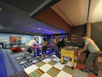 También en Zurich hay espacio para los videojuegos, mesas de billar, pool y futbolito