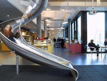 Toboganes como alternativa a las aburridas escaleras existen en las oficinas de Google en Londres